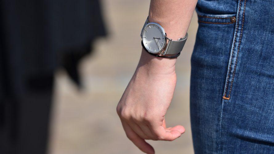 シンプルな夏コーデに腕時計でアクセント(メタルバンド)