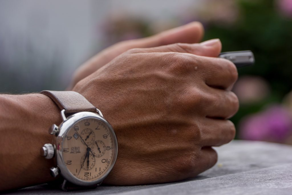 シンプルな夏コーデに腕時計でアクセント(レザーバンド)