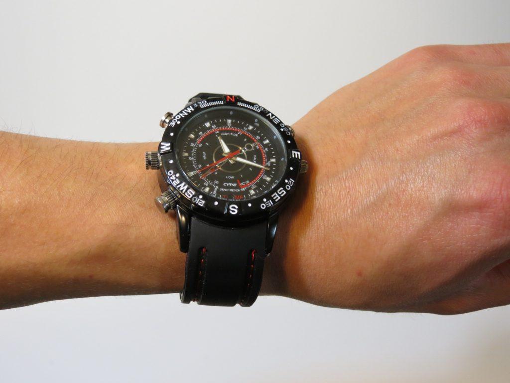 シンプルな夏コーデに腕時計でアクセント(ラバーバンド)