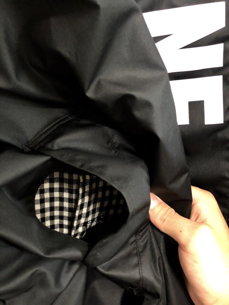 MYne(マイン)レインコートポケットは下のアイテムから取り出せる構造に